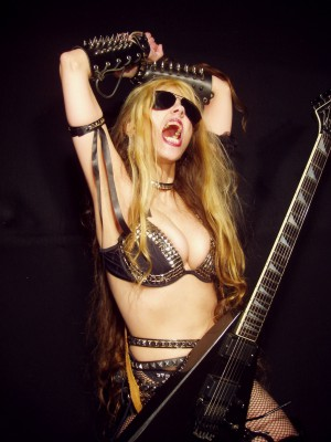 The Great Kat en sus acostumbradas poses exageradas