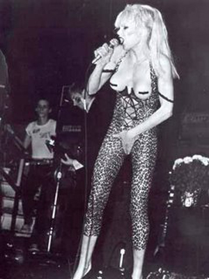 Wendy O Williams en una de sus múltiples presentaciones provocativas