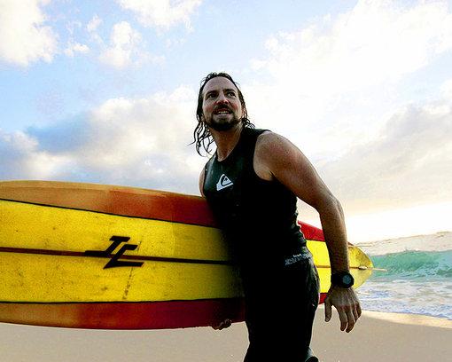 Eddie Veder de surfing en las playas de Hawaii