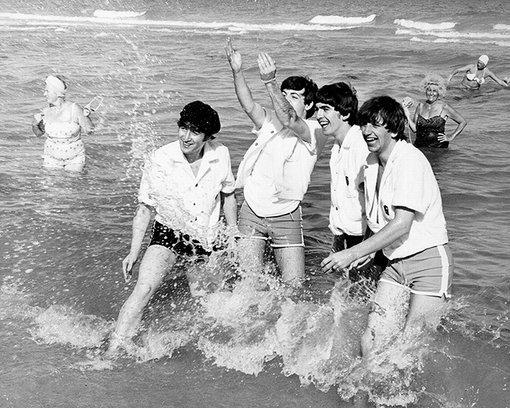 Aún no entiendo  por qué los Beatles no se quitaron las playeras