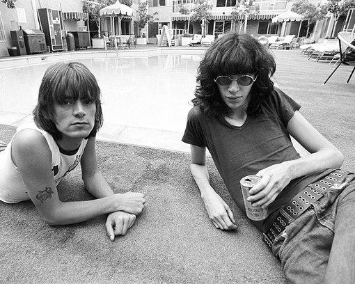 Los Ramones tomandose una cervecita