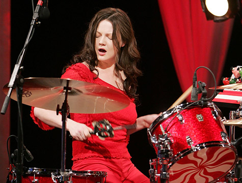 Meg White intensa en la batería