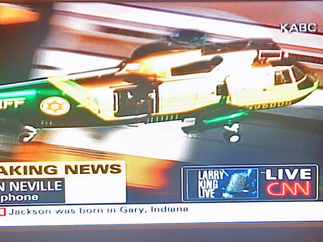 El cuerpo de Michael Jackson trasladado en helicóptero para la autopsia