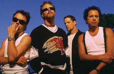 Metallica en un cambio radical en los 90's (por cierto, Jason como siempre, muy atrás)