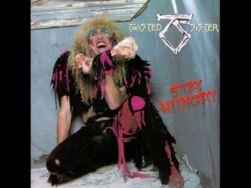 """Dee Snider con su clásico disfraz en la portada de """"Stay Hungry"""""""
