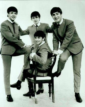The Beatles con sus clásicos cortes y esos sacos sin cuello
