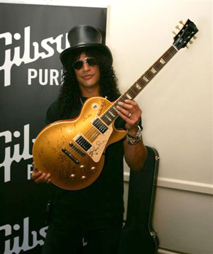 Slash con su propio modelo Les Paul Gibson