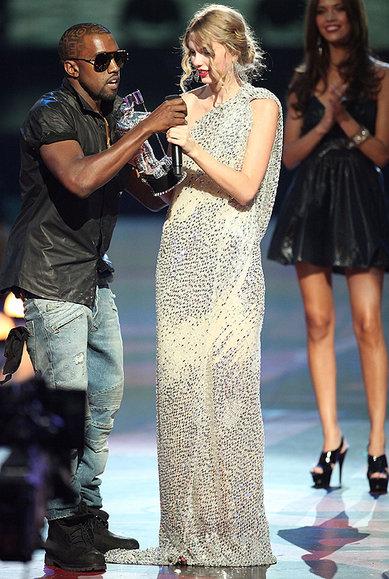 Kanye quitándole el micrófono a Taylor Swift