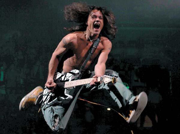 Eddie Van Halen en un clásico brinco de rock-star