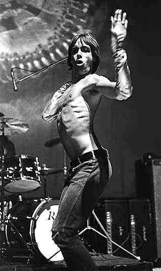 Iggy Pop en un clásico movimiento, cuando fue joven en 1970