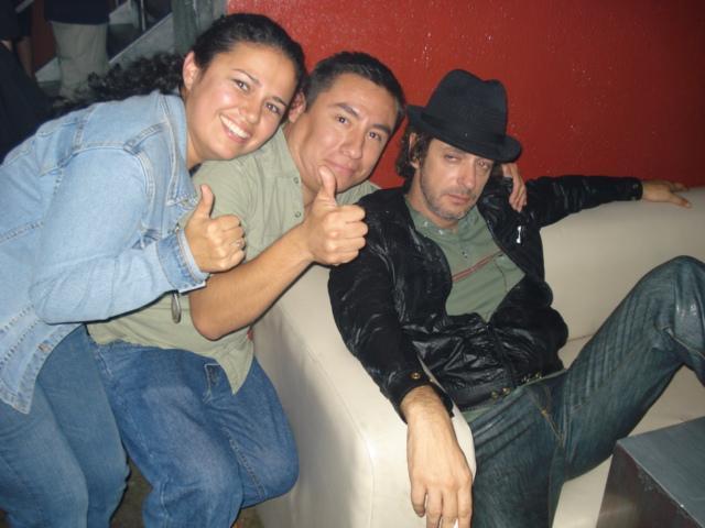 Gustavo Cerati con unos fans posando un poco indispuesto