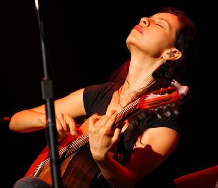 Gabriela Quintero es una hermosa guitarrista