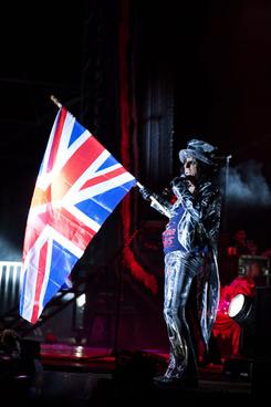 Vincent Furnier alias Alice Cooper con la bandera de los británicos