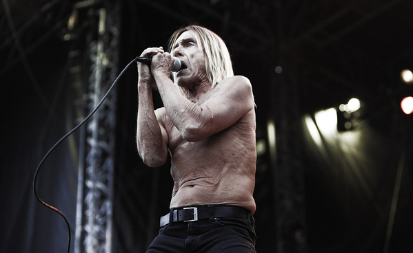 Iggy Pop se sigue quitando las camisas sin misericordia