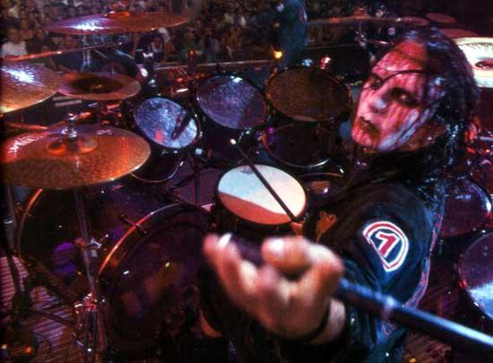 Joey Jordison es un monstruo en la batería