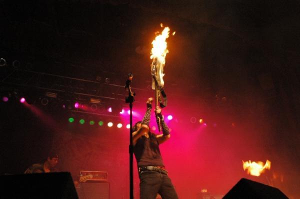 León Vago haciendo su show a la Hendrix-Kiss