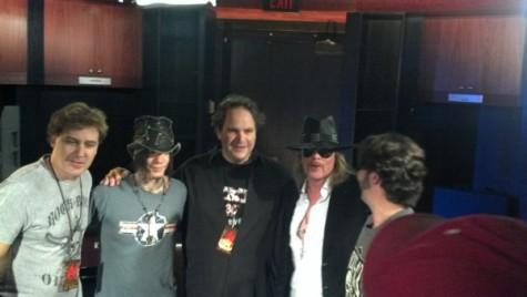 Axl Rose a un lado de Eddie Trunk en el programa Metal Show