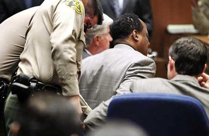 Conrad Murray esposado tras ser encontrado culpable. Foto diario Reforma