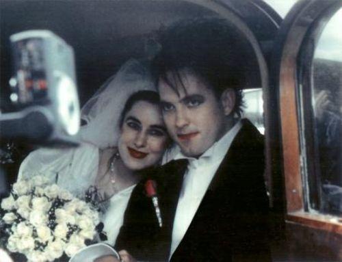 Mary Poole y Robert Smith con mucho maquillaje ambos el día de su boda