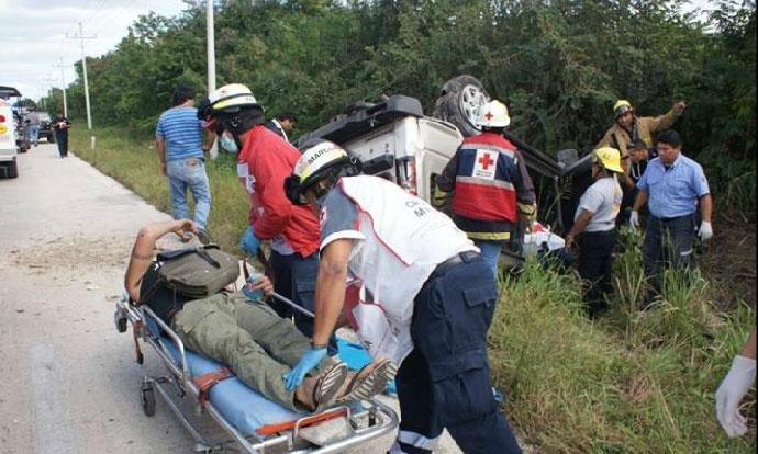Hernández es llevado en camilla a la ambulancia