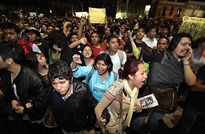 Los jóvenes del movimiento #Yosoy132 protestando enfrente de Televisa el 2 de julio. Cortesía Reforma
