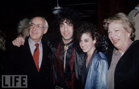 Paul Stanley y su supuesta hija (junto a su derecha)