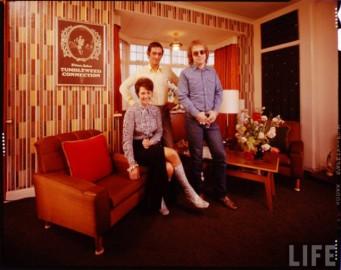 Elton John cómodamente con su familia