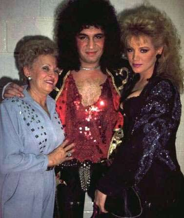 Gene Simmons con su mamá (izquierda)