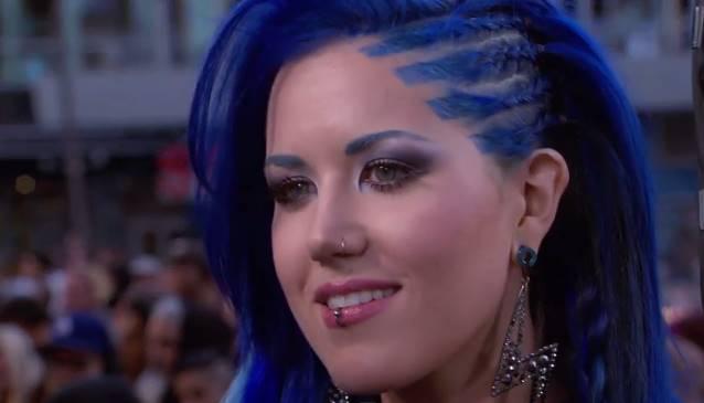 Alissa White-Gluz con esa cabellera azul arranca suspiros