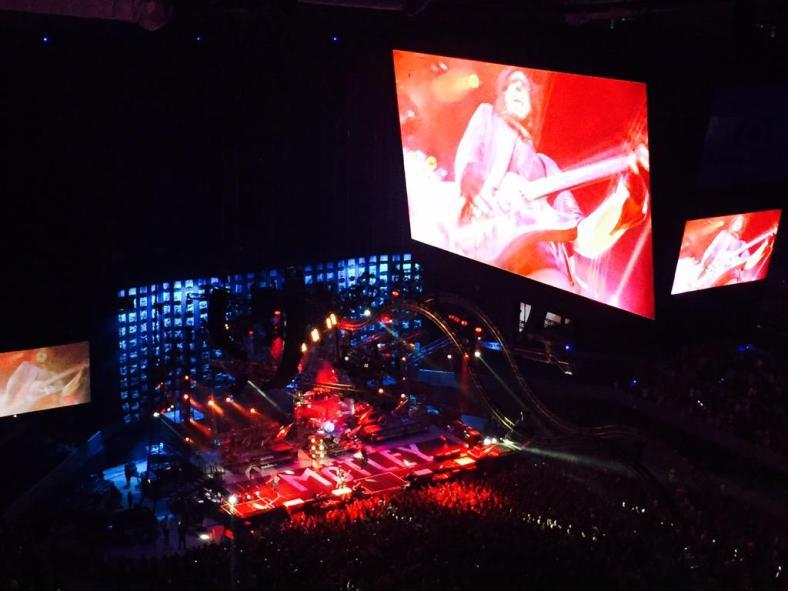 Mötley en la Arena desde arriba con buenas pantallas