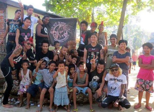 Los Rebel Riot visitando a niños que tienen VIH