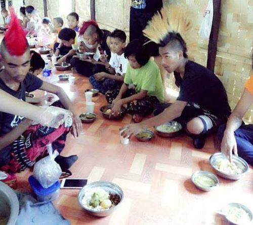 Los Rebel RIot comiendo con los desamparados