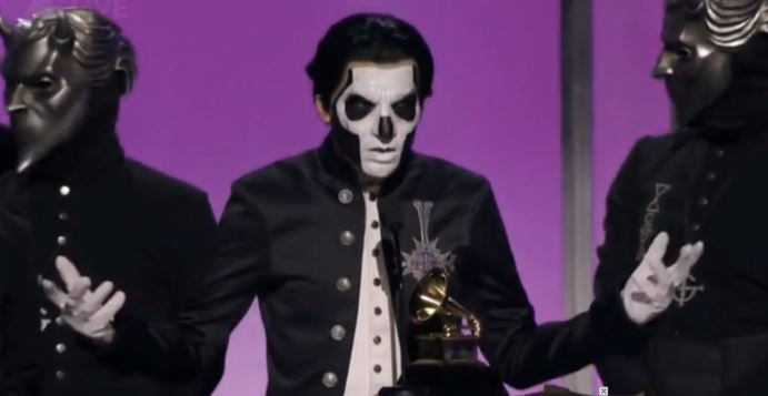 Ghost recibiendo su premio Grammy