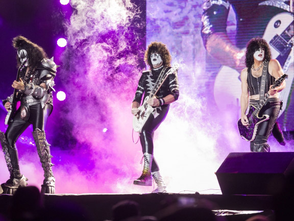 "Kiss retomando los trajes del ""Creatures of the Night"" en 2016 en México"